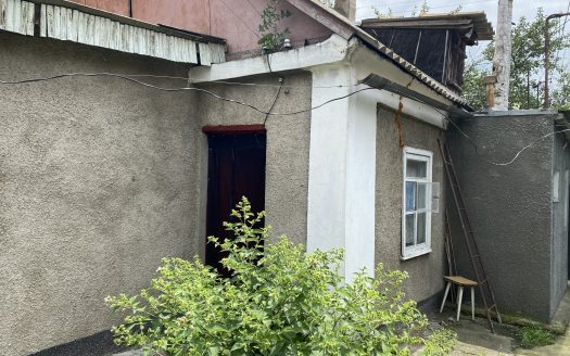 Продается фасадный дом с участком в центре города
